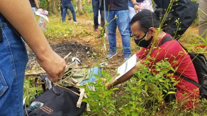 Tersangka US (42) mengikuti rekonstruksi pembunuhan nyawa SZ (19), asisten dokter asal Desa Cibogo, di lahan garapan warga di Desa Suradita, Kecamatan Cisauk, Kabupaten Tangerang, Selasa (13/7/2021).