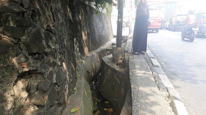 Gorong gorong yang belum tertutup di wilayah Jati Padang Jalan Raya Ragunan.