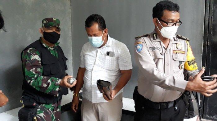Personel Babinsa Kelurahan Klender Serda Edi Supriyadi dan Kanit Reskrim Polsek Duren Sawit AKP Esti Budi Setyanta (baju putih) saat mengamankan granat dan 11 peluru aktif yang ditemukan warga di Jakarta Timur, Kamis (7/11/2020)