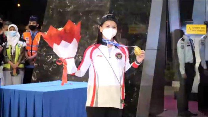 Tangkapan layar siaran langsung di YouTube kedatanganan Tim ganda puteri bulutangkis Indonesia Peraih medali emas Olimpiade Tokyo, Jepang, Greysia Polii dan Apriyani Rahayu di Gedung VVIP Terminal 3 Bandara Soekarno Hatta, Kamis (5/8/2021) dini hari.