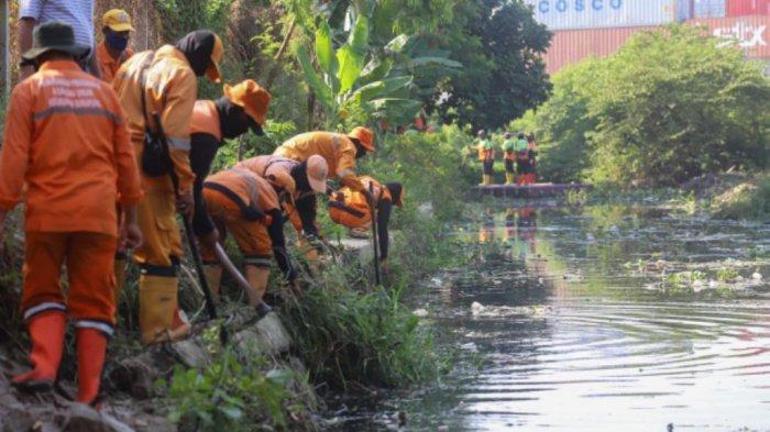 Hadapi Musim Hujan, 200 Personel Petugas Gabungan Gerebek Lumpur di Kali KBN Sepanjang 1.737 Meter