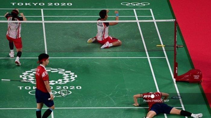 Greysia Polii Indonesia (atas kiri) dan Apriyani Rahayu dari Indonesia (kanan atas) merayakan setelah memenangkan pertandingan perempat final bulu tangkis ganda putri melawan Li Yinhui dan Du Yue China (kanan bawah) selama Olimpiade Tokyo 2020 di Musashino Forest Sports Plaza di Tokyo pada 29 Juli 2021.