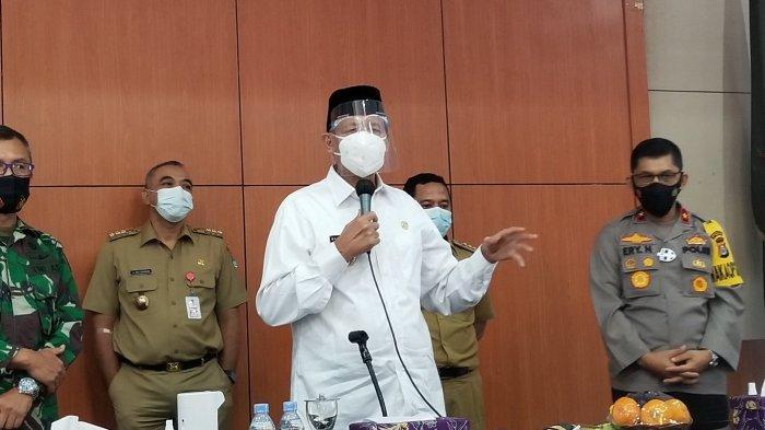 Gubernur Banten Wahidin Halim saat melakukan rapat koordinasi penanganan Covid-19 di Pendopo Bupati, Senin (11/1/2021).
