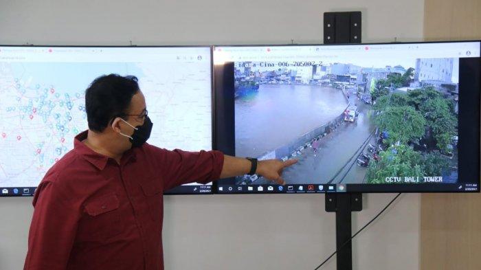 Gubernur DKI Jakarta Anies Baswedan saat melakukan tinjauan di Pintu Air Manggarai, Menteng, Jakarta Pusat, Sabtu (20/2/2021).
