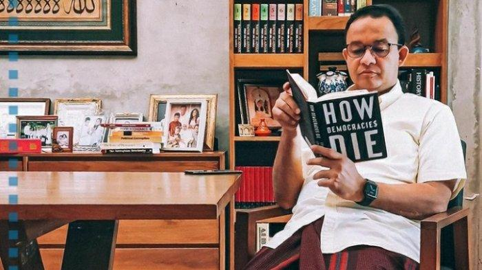 Gubernur DKI Jakarta, Anies Baswedan membaca How Democracies Die
