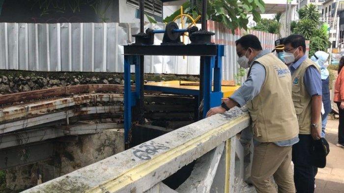 Gubernur DKI Jakarta, Anies Baswedan meninjau aliran Kali Krukut di Jalan Kemang Raya, Pela Mampang, Mampang Prapatan, Jakarta Selatan pada Minggu (21/2/2021) sore.