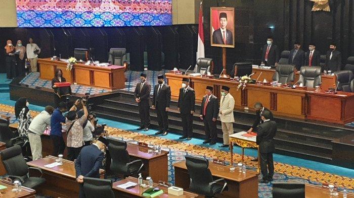Gubernur DKI Jakarta Anies Baswedan beserta pimpinan dewan usai rapat paripurna pengesahan Raperda P2APBD tahun anggaran 2019 di Gedung DPRD, Senin (7/9/2020).