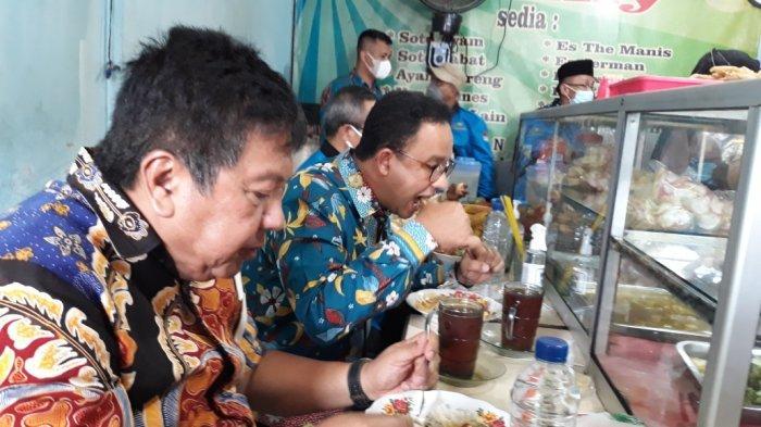 Gubernur DKI Jakarta Anies Baswedan saat bersantap siang di Warteg Family milik Takuri (45), Matraman, Jakarta Timur, Kamis (14/10/2021).