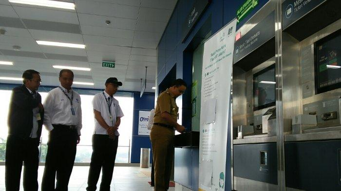 MRT Beroperasi Secara Komersil Hari Ini, Anies Baswedan Ikut Beli Tiket