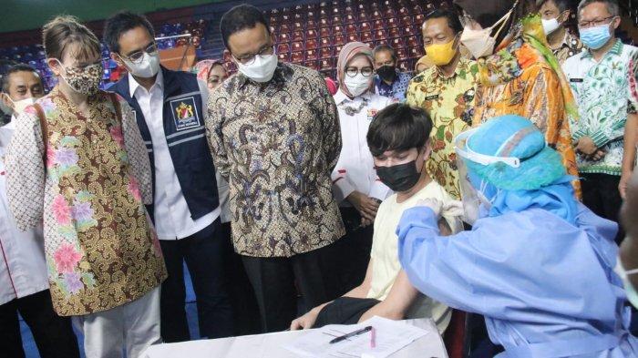 Gubernur DKI Jakarta Anies Baswedan saat meninjau vaksinasi bagi pencari suaka di GOR Bulungan, Jakarta Selatan.