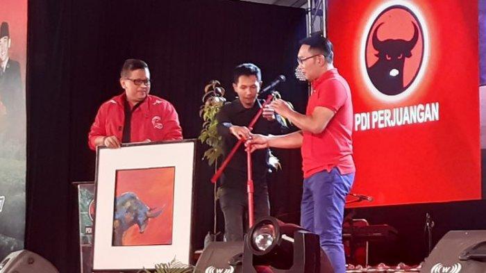 Ridwan Kamil Beri Lukisan Untuk Megawati, Ini Makna Warna di Tubuh Bantengnya