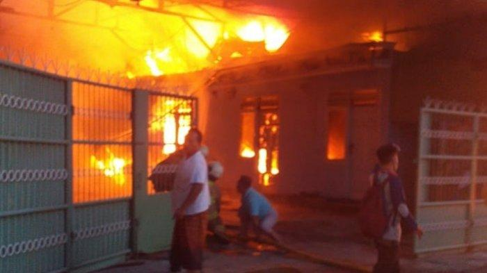 Personel Damkar Jakarta Timur saat proses pemadaman api di gudang plastik, Jalan Inspeksi Cakung Drain, Jumat (7/5/2021)