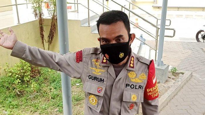 Kapolres Metro Jakarta Utara Kombes Pol Guruh Arif Darmawan saat diwawancari di lokasi ledakan, Stasiun LRT Jakarta, Kelapa Gading, Jakarta Utara, Selasa (3/8/2021).