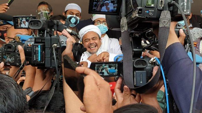 Habib Rizieq Shihab datangi Polda Metro Jaya, Jakarta Selatan, Sabtu (12/12/2020) pagi. Imam Besar FPI itu memilih datang sehari lebih awal karena tidak ingin ada hal yang simpang siur tentang dirinya.