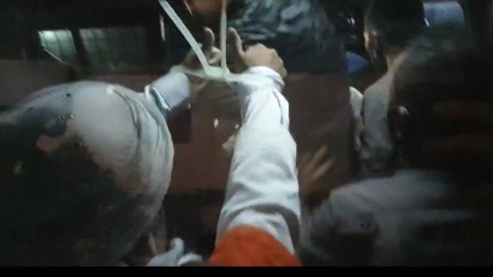 Imam Besar FPI Muhammad Rizieq Shihab akhirnya ditahan pada Minggu (13/12/2020) setelah menjalani pemeriksaan sebagai tersangka sejak Sabtu (12/12/2020) pagi di Polda Metro Jaya. Tampak Habib Rizieq mengenakan baju tahanan dan kedua tangannya terikat tali tis.