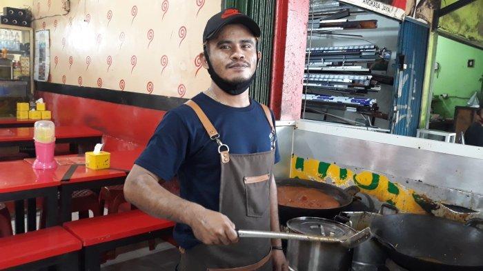 Sosok Hablillah (31), karyawan kedai Mie Aceh Jaly Jaly di Jalan Ampera, Ragunan, Pasar Minggu, Jakarta Selatan pada Sabtu (20/3/2021).