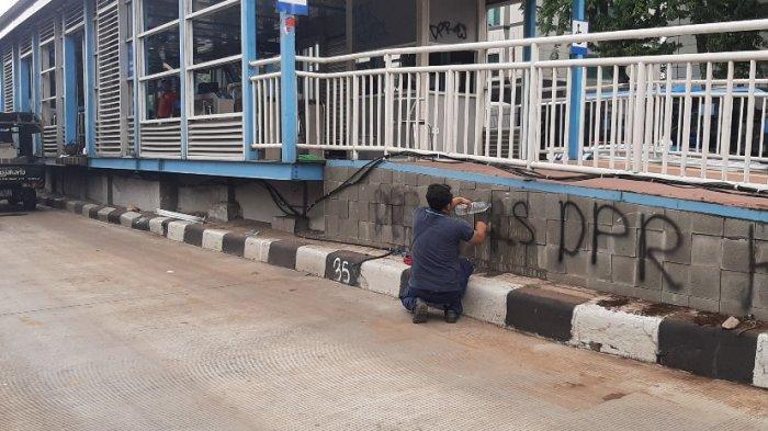Halte Transjakarta Bank Indonesia, Jalan MH Thamrin, Jakarta Pusat, sedang diperbaiki, pada pukul 10.40 WIB, Jumat (9/10/2020).