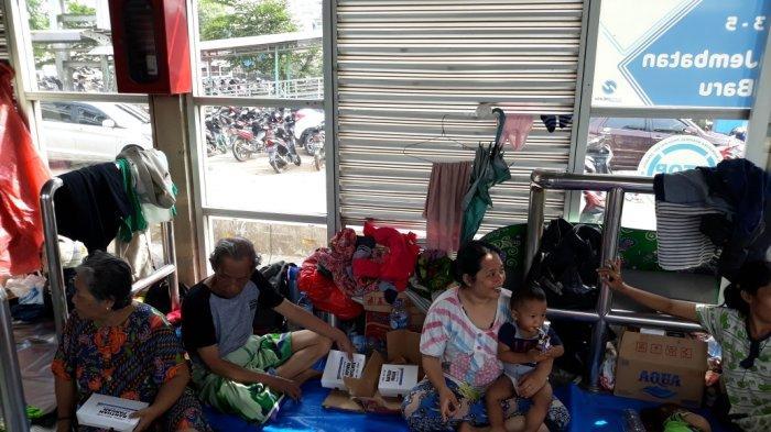 Pengungsi Korban Banjir di Halte Transjakarta Jembatan Baru Butuhkan Toilet Portable