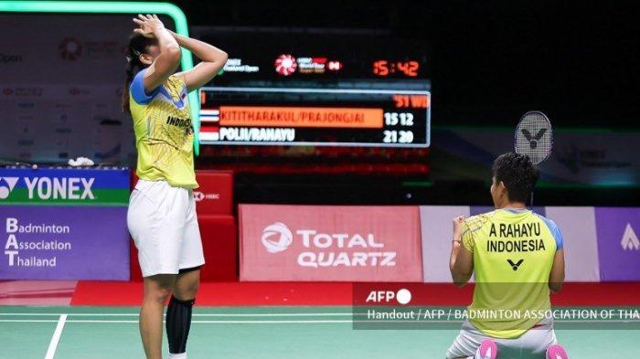 Handout dari Asosiasi Bulutangkis Thailand yang diambil dan dirilis pada 17 Januari 2021 ini menunjukkan reaksi Apriyani Rahayu (kanan) dan Greysia Polii dari Indonesia setelah mengalahkan Rawinda Prajongjai dan Jongkolphan Kititharakul dari Thailand dalam pertandingan final ganda putri mereka di turnamen bulu tangkis Thailand Open di Bangkok.
