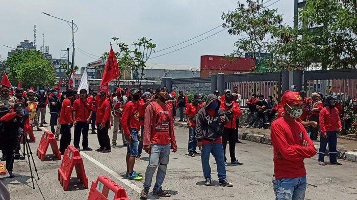 Buruh Bersama Mahasiswa Demo Tolak Pengesahan UU Cipta Kerja di Tanjung Priok