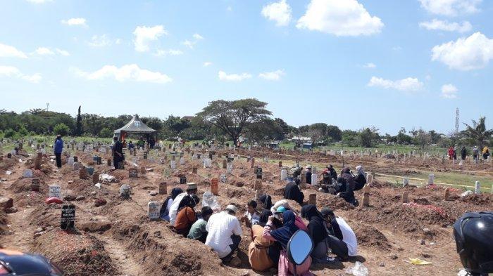Hari Pertama Lebaran, Makam Covid-19 di TPU Tegal Alur Jakarta Barat Penuh Peziarah