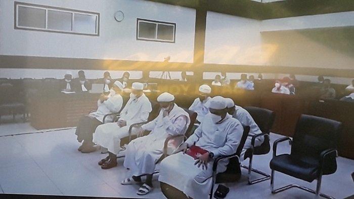 Ketua Panitia Maulid Nabi di Petamburan Nangis Hingga Cium Tangan Rizieq Shihab di Tengah Sidang