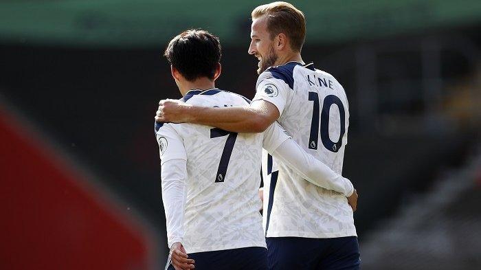 Striker Tottenham Hotspur Korea Selatan Son Heung-Min (kiri) berjalan kembali ke garis tengah setelah striker Inggris Tottenham Hotspur Harry Kane (kanan) mencetak gol kelima mereka selama pertandingan sepak bola Liga Premier Inggris antara Southampton dan Tottenham Hotspur di Stadion St Mary di Southampton, Inggris selatan pada tanggal 20 September 2020.