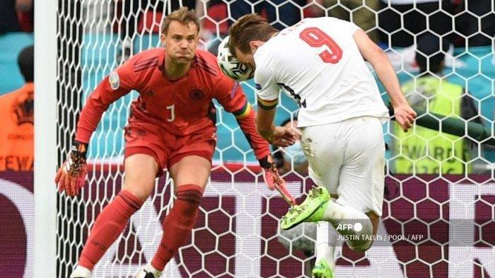 Penyerang Inggris Harry Kane (kanan) menyundul bola untuk mencetak gol kedua melewati kiper Jerman Manuel Neuer selama pertandingan sepak bola babak 16 besar UEFA EURO 2020 antara Inggris dan Jerman di Stadion Wembley di London pada 29 Juni 2021.