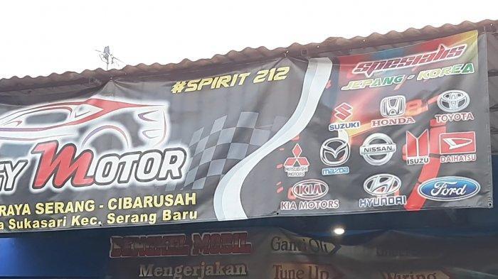 Spanduk Bengkel Sinergy Motor di Jalan Serang Cibarusah lokasi penggeledahan dan penangkapan terduga teroris, Senin (29/3/2021).