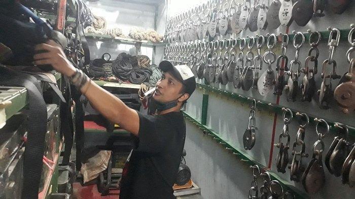 Hendra sedang memeriksa peralatan untuk adegan berbahaya di ruang inventaris Komunitas Piranha Stunt Indonesia di kawasan Cilodong, Depok, Jawa Barat pada Kamis (8/4/2021).
