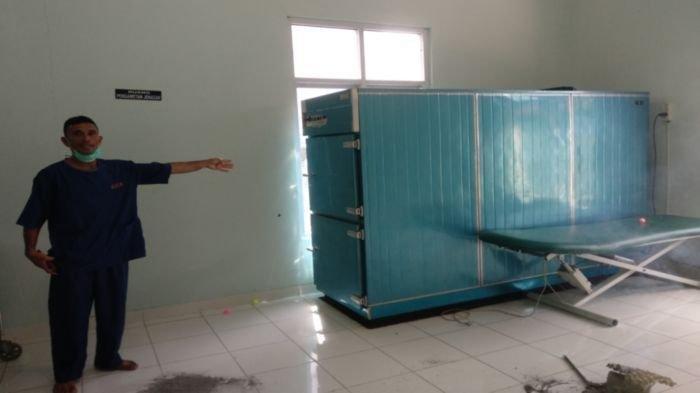 Hendri Kusuma penjaga ruang pemulasaran jenazah di Rumah Sakit Siti Aisyah (RSSA).