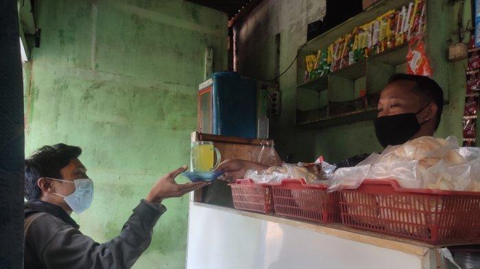 Hendrik, pemilik warkop di Jalan Mini III, Cipayung, Jakarta Timur, Selasa (27/7/2021)