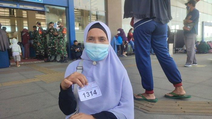 Herlinawati, peserta vaksinasi di Terminal Terpadu Pulogebang yang datang sejak pukul 07.00 WIB, Sabtu (17/7/2021).
