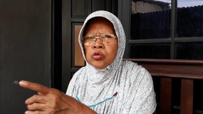 Siti Judah (69), korban hipnotis bermodus pemberian bansos saat memberi keterangan di Makasar, Jakarta Timur, Rabu (2/12/2020).