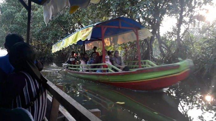 Angkut 23 Penumpang, Perahu Wisata Terbalik di Jembatan Cinta Tarumajaya Kelebihan Muatan