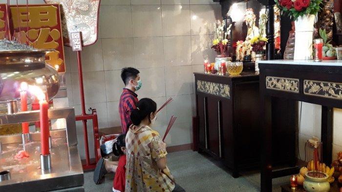 Warga etnis Tionghoa saat beribadah di Vihara Amurva Bhumi, Jatinegara, Jakarta Timur, Jumat (12/2/2021).