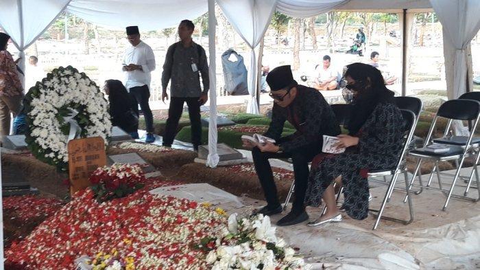 Tak Ikut Prosesi Pemakaman, Ibas dan Aliya Rajasa Bacakan Doa di Pusara Sang Nenek