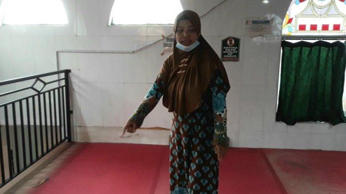 Seorang jemaah perempuan Musala Al-Amin saat menunujukkan lokasi pelecehan seksual terjadi di Jatinegara, Jakarta Timur, Jumat (4/6/2021).