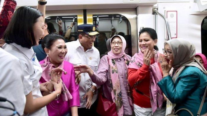 Gaya Kasual Ibu Negara Naik MRT dengan Istri-istri Menteri, Pakai Syal Merah Jambu dan Tas Pinggang