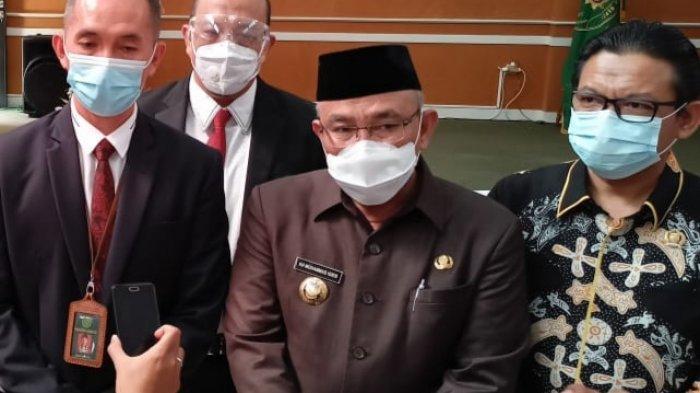 Wali Kota Depok, Mohammad Idris (tengah), saat dijumpai wartawan di Pengadilan Negeri Depok, Cilodong, Jumat (5/3/2021)