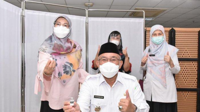 Wali Kota Depok, Mohammad Idris, berfoto bersama usai menjalani vaksinasi Covid-19.