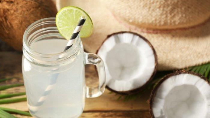 Jangan Salah, Ini Sederet Kelebihan dan Manfaat Air Kelapa Dibanding Jus Buah dan Air Putih