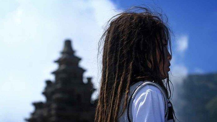 Mie Ayam & Mobil Jadi Syarat, Tangis Gadis Cilik Akhirnya Mau Ikuti Ritual Potong Rambut Gimbal