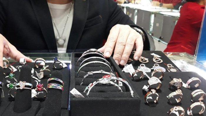 Jangan Sampai Salah, Ini Tips Pilih Perhiasan Agar Cocok di Kulit!