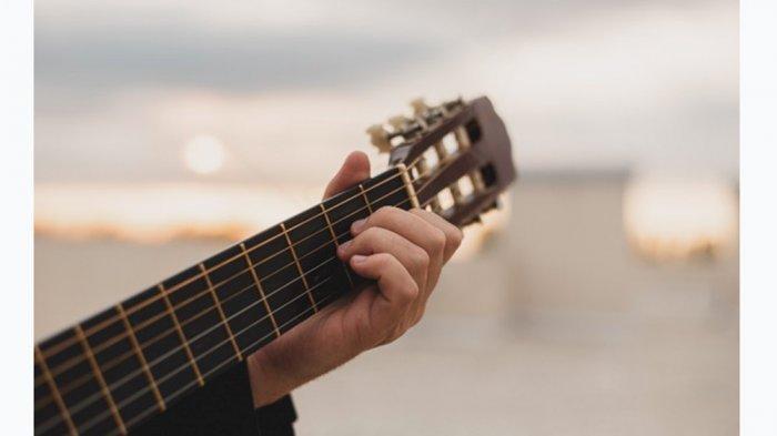 Lirik dan Chord Gitar Lagu Era 90: Nike Ardila - Nyalakan Api