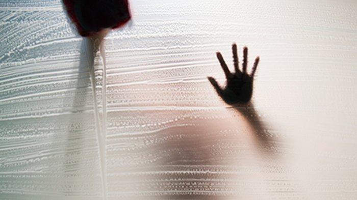 Suami Intip Gadis Mandi Sampai Manjat Tembok, Sang Istri Pingsan Kaget: Ternyata Sudah 2 Kali