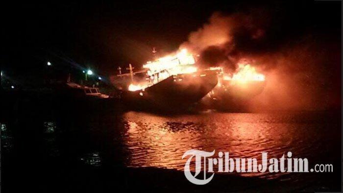 BREAKING NEWS: Kapal yang Ditumpangi Puluhan Bonek Terbakar dan Kandas di Laut