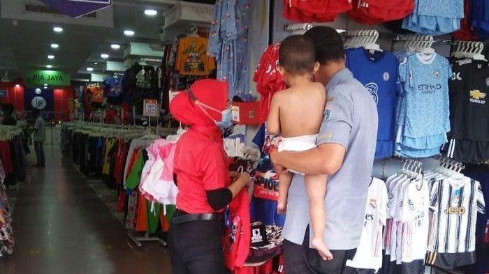 Viral Aksi Petugas P3S Sudin Sosial Jakarta Timur Saat Belikan Pakaian untuk Balita PPKS