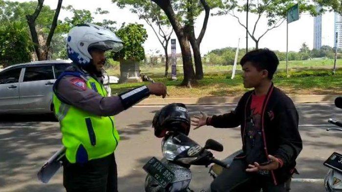Tidak Punya SIM, Pemotor di Serpong Ngotot Tanya Pasal saat Ditilang