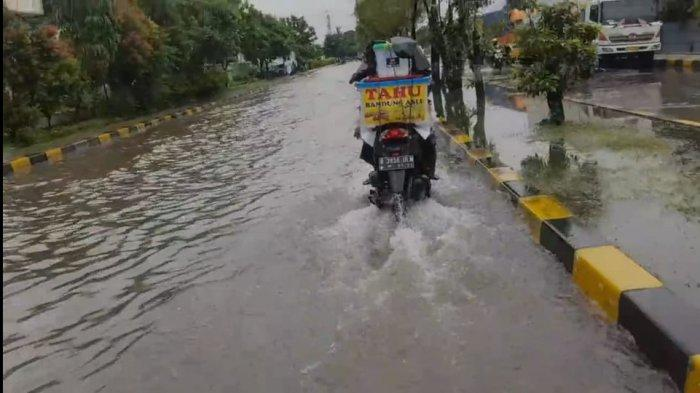 Imbas hujan yang mengguyur sejak Selasa (16/2/2021) dini hari, Kawasan Industri Pulogadung terendam banjir hingga 50 cm.